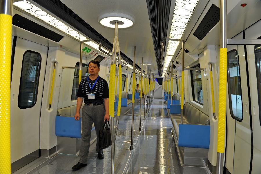 """(经济)(2)北车长客造国内首列""""无人驾驶""""地铁列车正式亮相"""