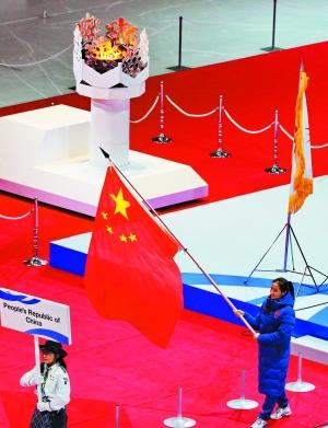 闭幕式上中国国旗入场.