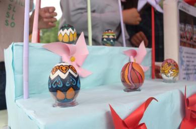 朝鲜族做打糕、菖蒲簪、蹴鞠;纳西族绣织香包;布依族、彝族陀螺