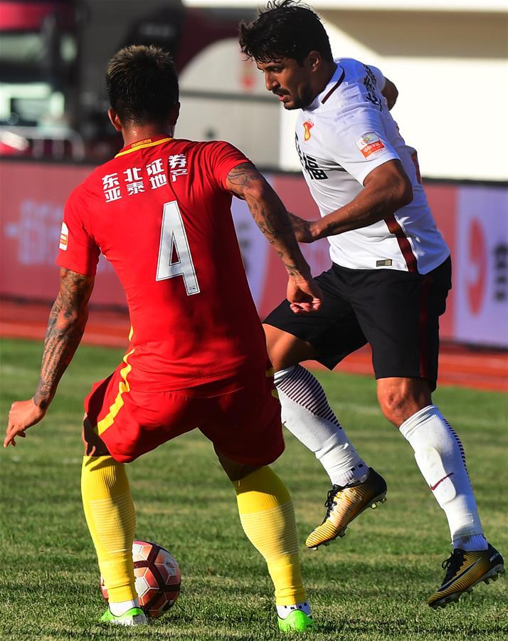 河北/9月24日,河北华夏幸福队球员阿洛伊西奥(右)在比赛中突破...