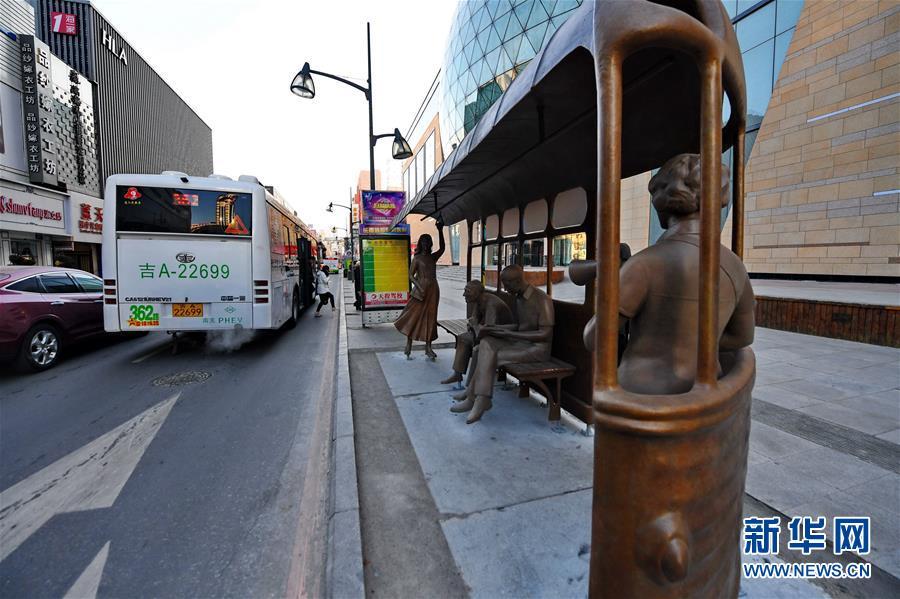 (新华视界)(3)长春:路边雕塑扮靓城市街景