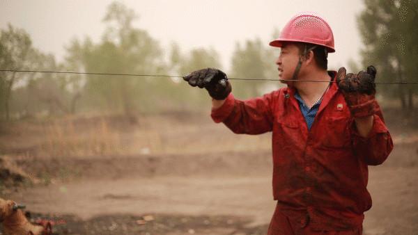 沙塵中工作的石油工人