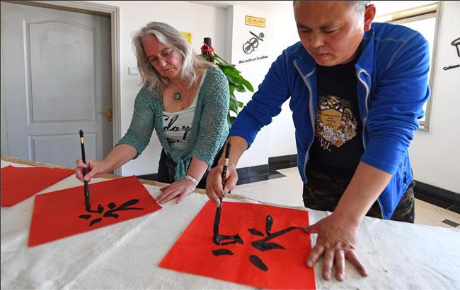 吉林:外国人感受端午文化