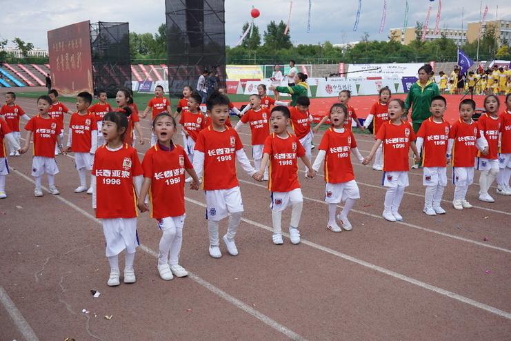 亚泰足球公益在路上——杜震宇等6名球员走进幼儿足球节