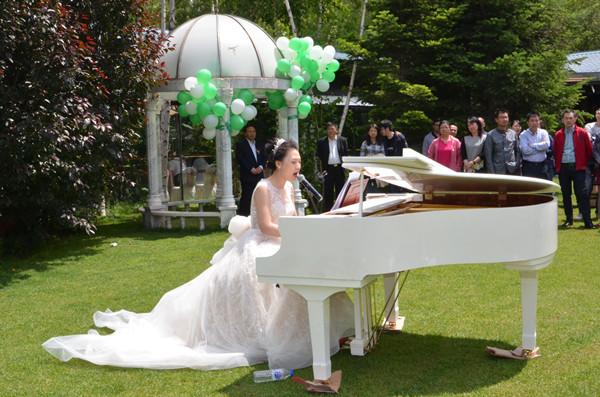 草坪婚禮新娘驚艷彈唱