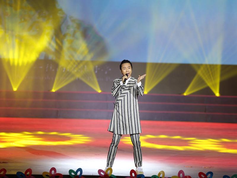 吉林省舉行禁毒主題教育演出 李玉剛登臺獻唱