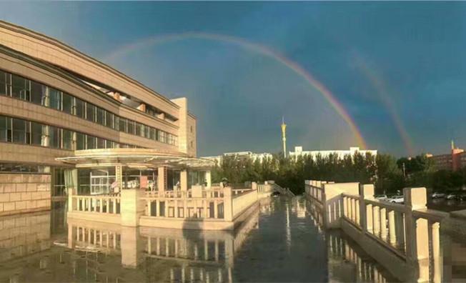圖書館上空現炫麗彩虹橋
