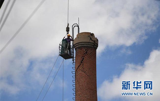 吉林松原對地震損壞煙囪進行拆除