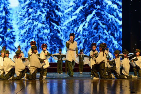 一年級小學生精彩上演京劇《林海雪原》