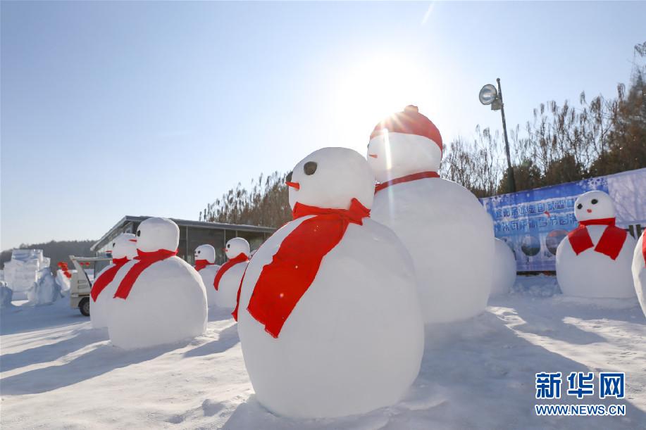 净月潭百余雪雕打造雪世界