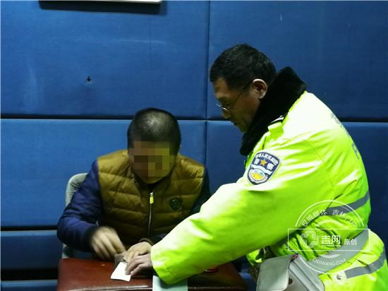 长春交警夜查交通违法 一男子涉嫌醉驾被抓获