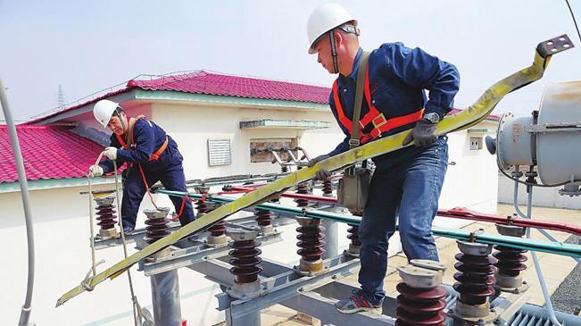 国网吉林供电公司员工对变电站进行春季大检修