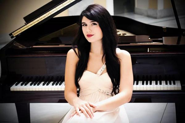 希腊女钢琴家演绎西方经典