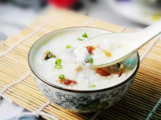 早晚食粥午喝汤 多食果蔬祛暑热