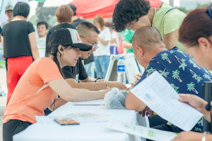 2018安利纽崔莱营养中国行健康塑形大篷车开进四平市