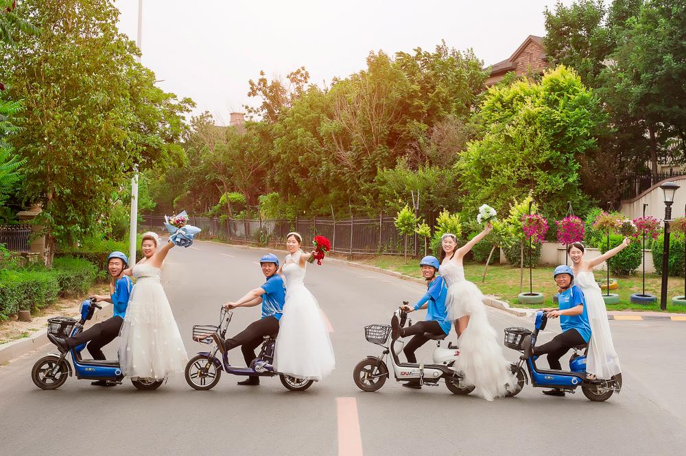 外賣小哥風雨中伸援手推車 攝影師為答謝免費拍婚紗照