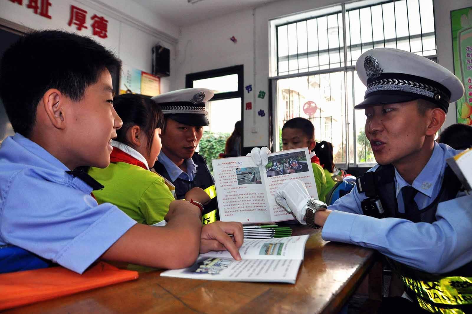 长春市公安局交警支队朝阳区大队进学校宣讲安全知识