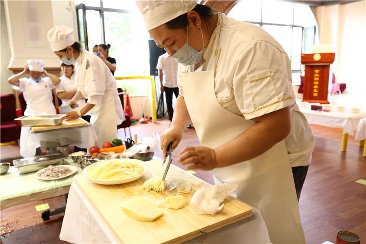 亮廚藝 展風採 吉林省金太陽教育集團開展廚藝大比拼活動