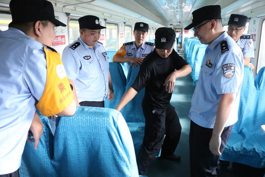 通化乘警開展警務技能培訓防處霸座、醉酒滋事