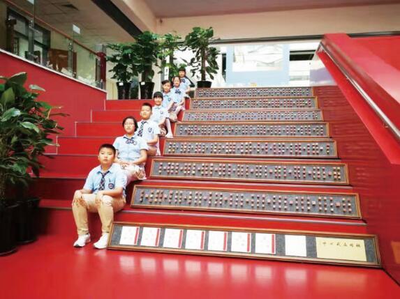 長春市7名小學生刻700方壽字印祝福祖國