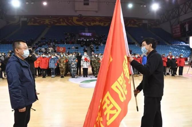 巴音朝魯為吉林省馳援湖北危急重症患者救治醫療隊授旗壯行