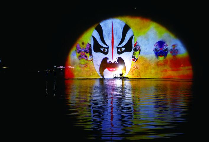 南湖荷花节上演灯光秀