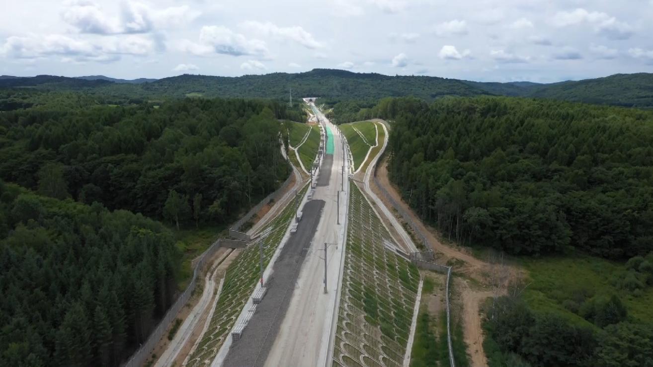 """我國""""八縱八橫""""高速鐵路網重要組成部分——敦白高鐵全線鋪軌"""